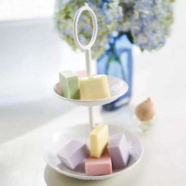Suporte de dois andares para doces usado como saboneteira