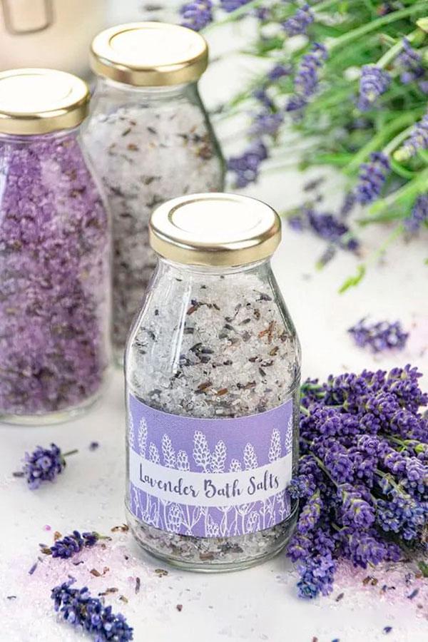 Sais de banho relaxantes e antinflamatórios com aromas deliciosas
