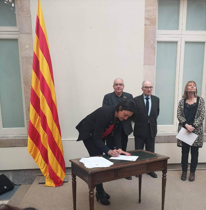 Signatura del pacte contra la segregació per part de l'alcaldessa de Vilanova del Camí, Noemí Trucharte