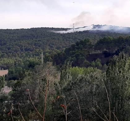 Un foc crema a la zona boscosa de Vilanova del Camí prop de la C-37