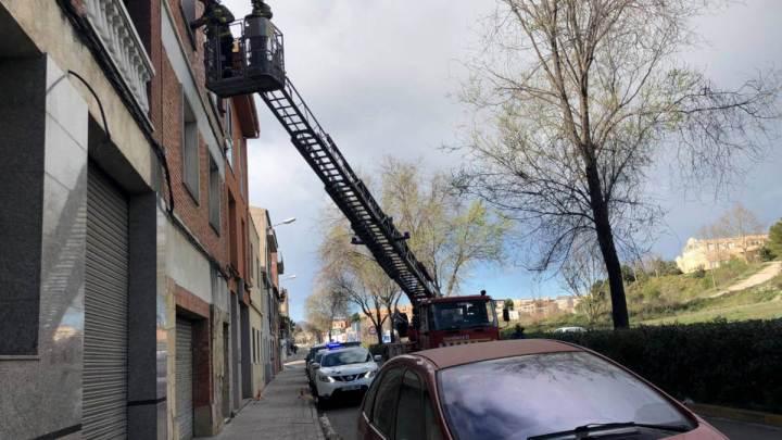 Actuació dels bombers en una façana afectada