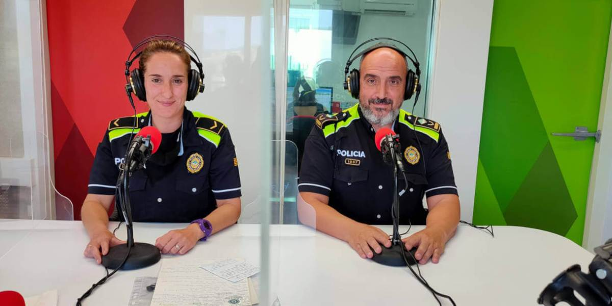Membres de la Policia Local als estudis de Ràdio Nova