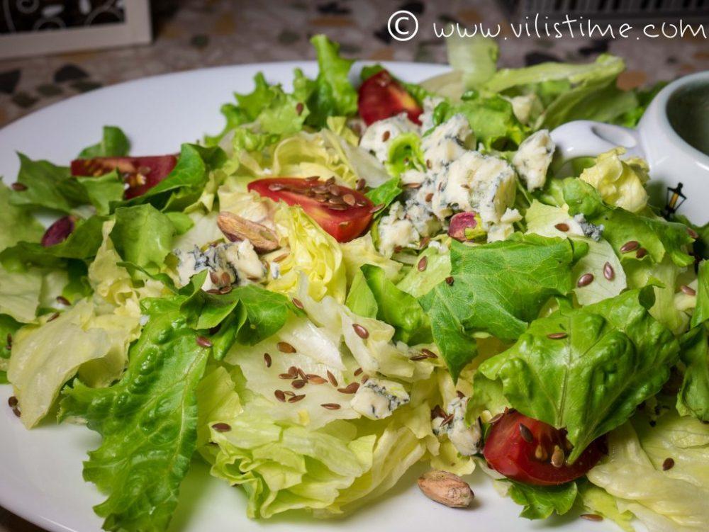 Зелена салата със синьо сирене и медено – горчичен дресинг