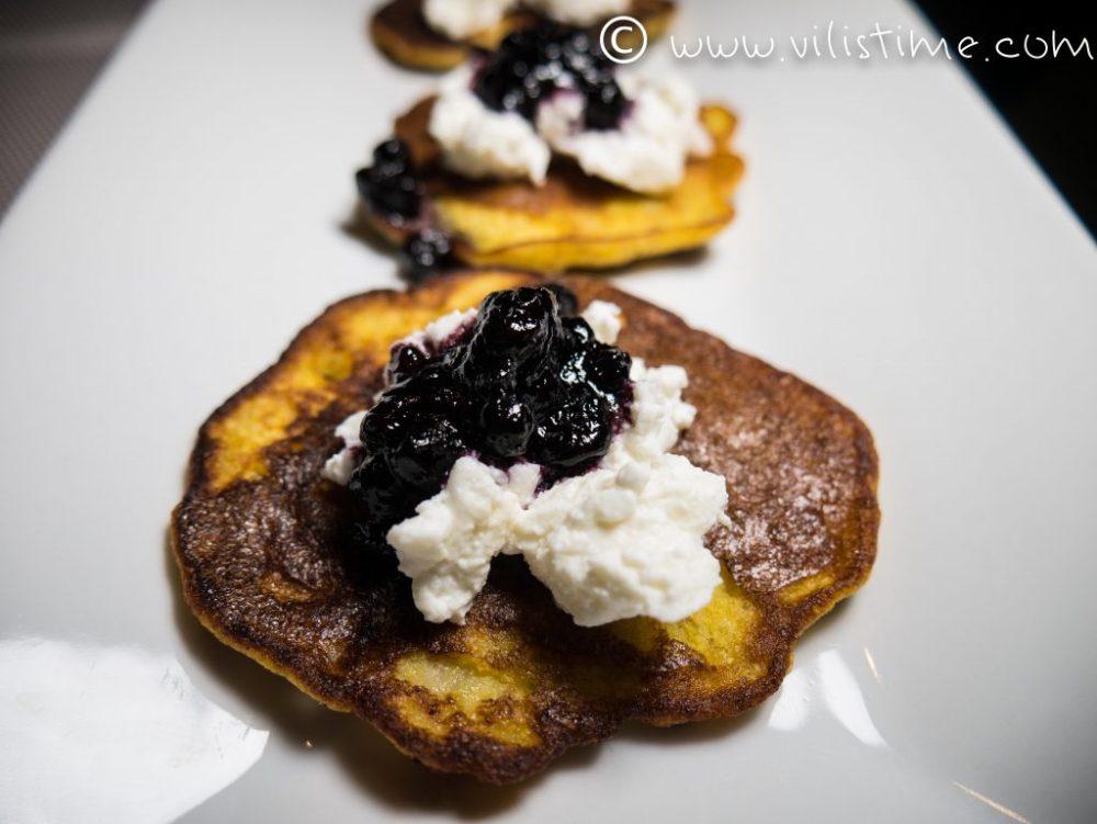 Бананови палачинки с рикота и сладко от боровинки