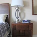 Nachttisch mit iPod/iPhone Station und Wecker