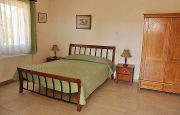 8-bed-villa-bedroom-middle