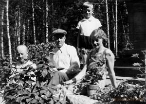 Isäni Pekka, isoäitini Sylvi ja isoisäni Reino sekä Pekan äidinäiti Amanda kesällä 1935 Kytömäellä
