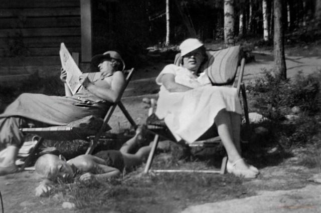 Kaisa-täti, isoäitini Sylvi ja isäni Pekka kesäpäivänä Kytömäen pihalla 1930-luvulla