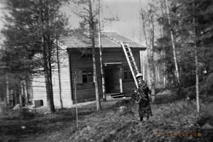 Isoäiti Sylvi Kytömäen hirsimökin pihalla keväällä 1934