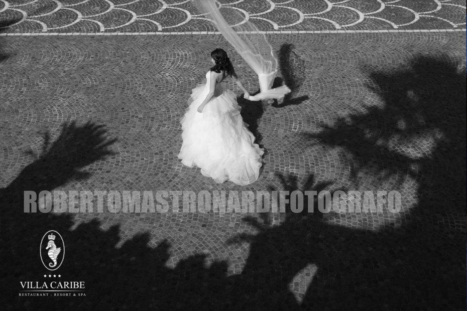 Una sposa con un magnifico abito nella cornice del parco di Villa Caribe
