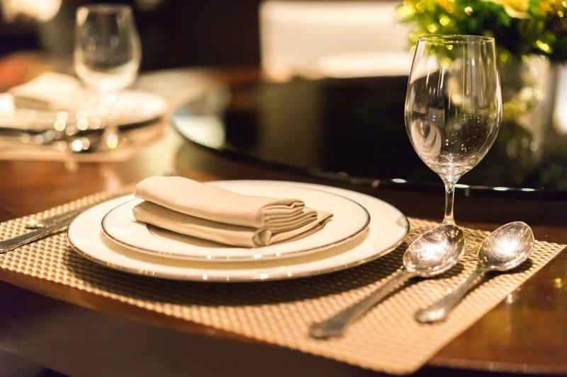 0962c9736c1681 Jak nowocześnie i elegancko udekorować stół w salonie? - Blog Villadecor