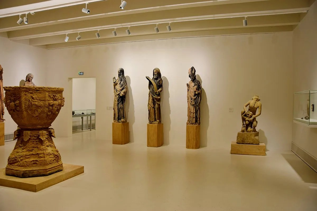 Sculptures et vase