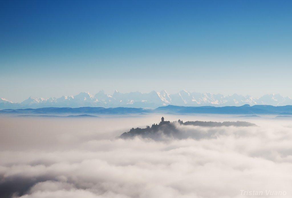Le Château du Haut Koenigsbourg et les Alpes en arrière plan