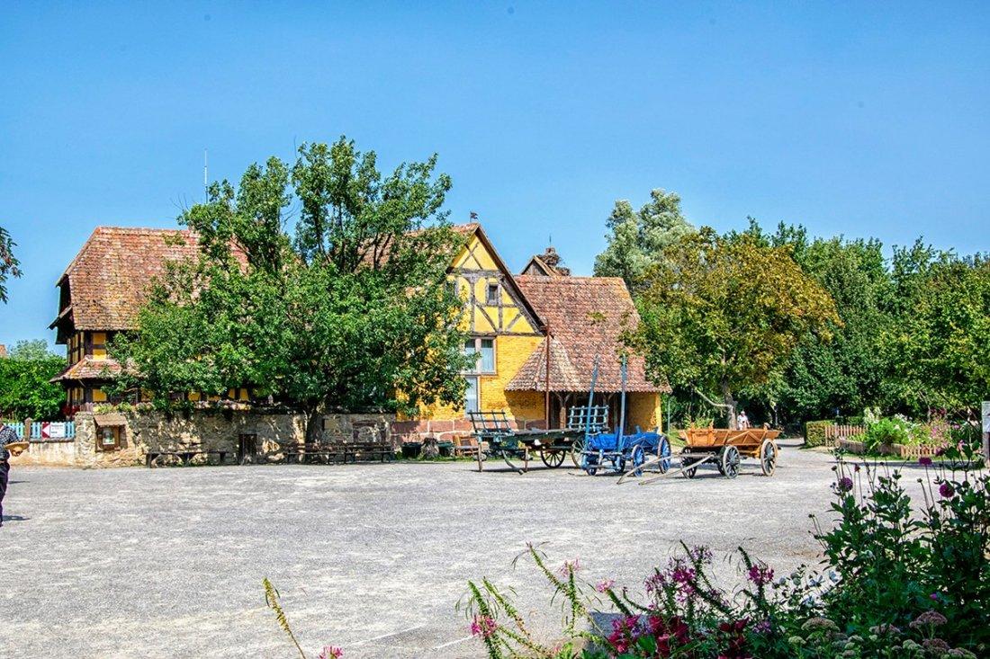 Maison a colombages jaune