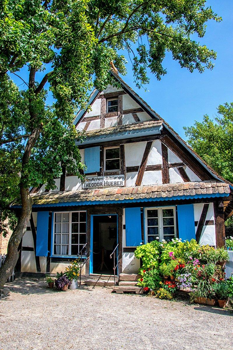 Maison à Colombage blanche aux volets bleus