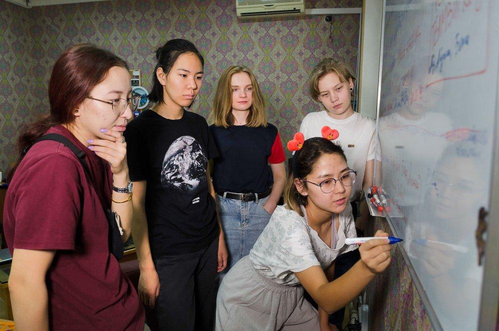 在男性主導的吉爾吉斯,仍保留了「搶婚」風俗。一群年輕女性卻在實踐太空夢