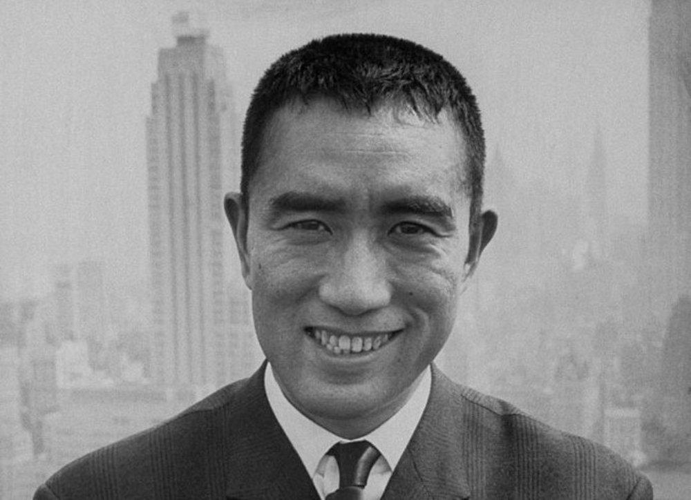 50年前,日本著名作家三島由紀夫戲劇性地告別人世,不足兩年後,他的前輩川端康成也步其後塵。牽連著兩人的微妙情誼……