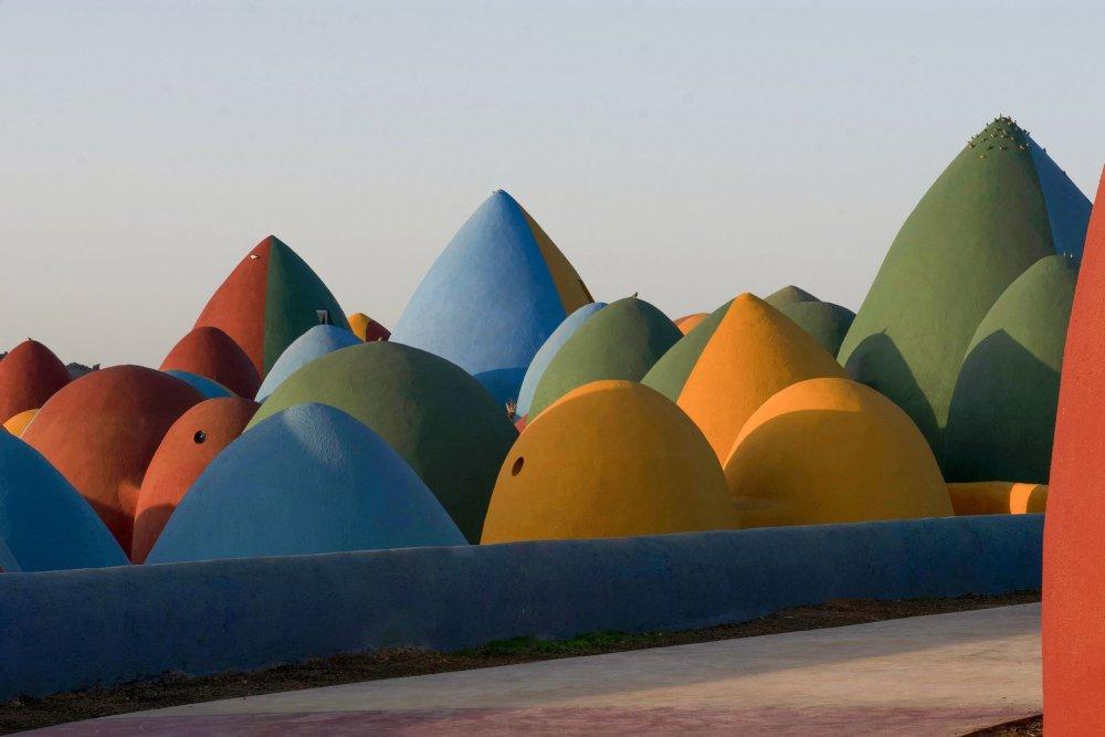 伊朗霍爾木茲島的彩虹村,建築師以簡單的材料,在波斯灣上營造了實用又充滿玩味的新社區⋯⋯