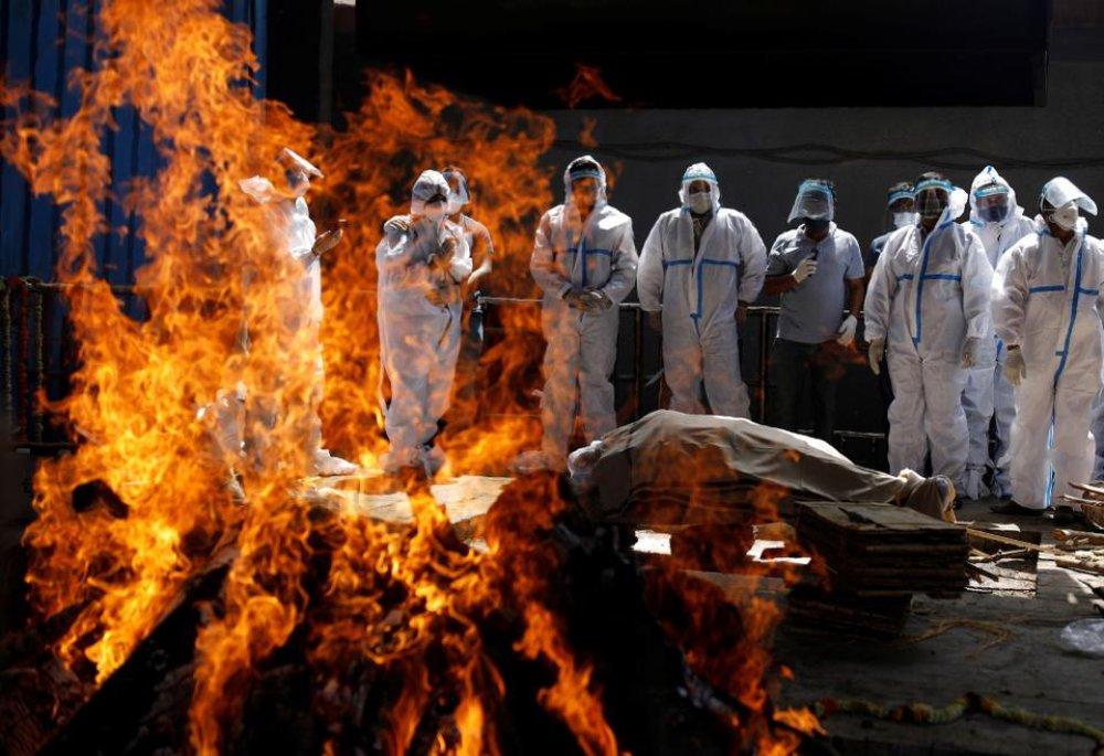 誦經、安慰親人、火化遺體,在印度火葬場工作的低種性達利特人(Dalits)