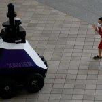 新加坡機械人巡查,提醒國人不要行差踏錯。機械人協助執法,引來不少爭議⋯⋯