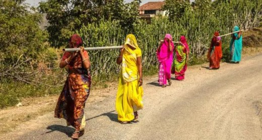 Women of Jhabla lend a helping hand to Meerabai by carrying heavy pipes. (Photo by Manish Kumar Shukla)