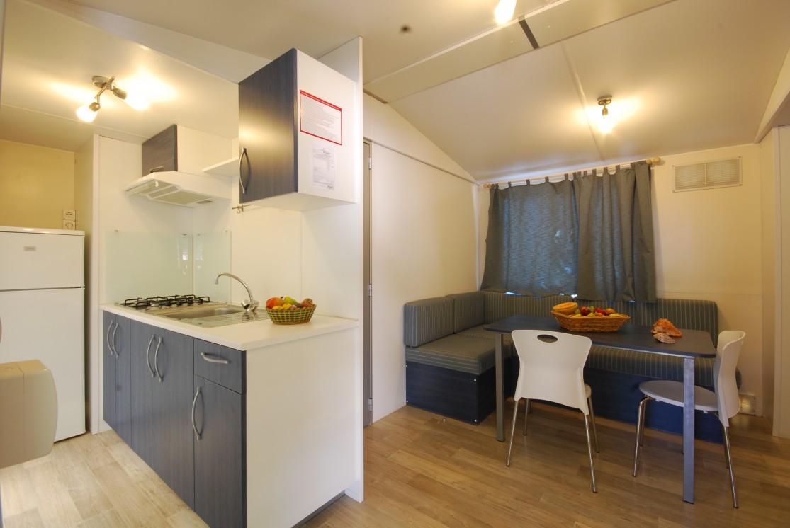 soggiorno con cucina a vista in 30 mq. Apartments Villaggio Verde Cupra