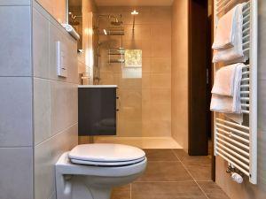 badkamer met WC, wastafel en inloopdouche