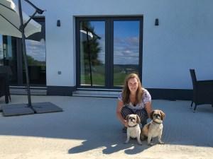Catherine met haar honden Whisky en Daisy