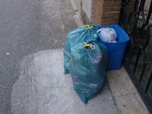 Da tre giorni l'AMA non passa: cumuli di spazzatura in strada