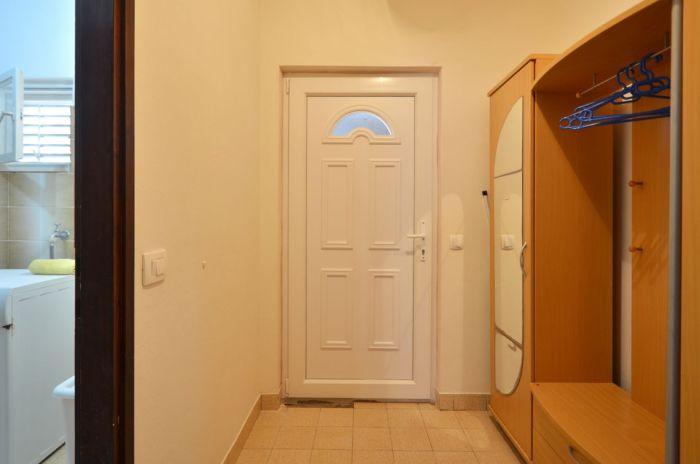 villa tomislav apartment2 entrance 02