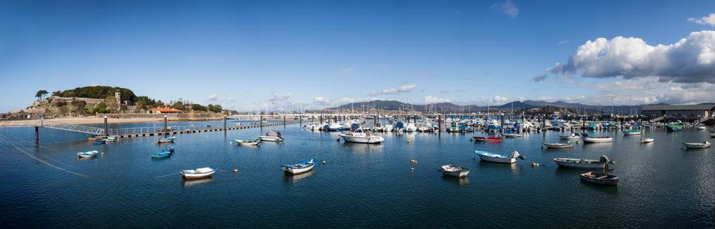 Esta foto está tomada desde el Puerto Pesquero de Baiona, vemos la Villa con el Parador de Baiona y los muelles del Montereal Club de Yates. © Foto 1.1 para Villa Zoila..
