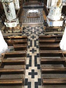 Vue plongée vers le sol de la nef de l'église
