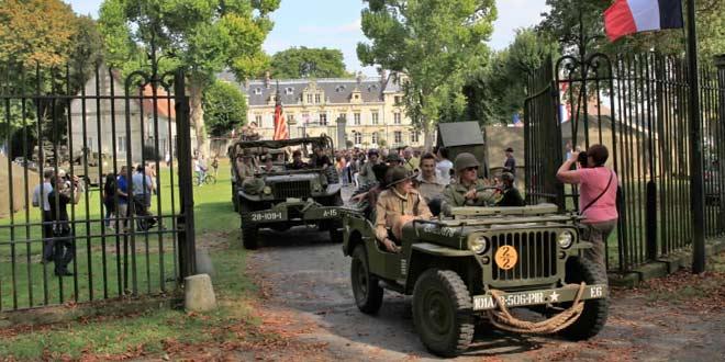 Commémoration de la libération de Verberie : tour de Verberie des véhicules militaires