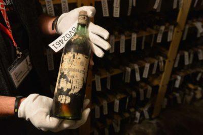 Tomas Wizovsky, castellan du château de Becov en République tchèque, tient une bouteille de vin du 19ème siècle récemment découvert. Photo: AFP