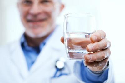 Il faut boire de l'eau avant ou après le vin