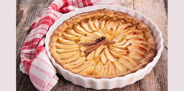 Tarte aux pommes et vin s'associant au vin de dessert sicilien