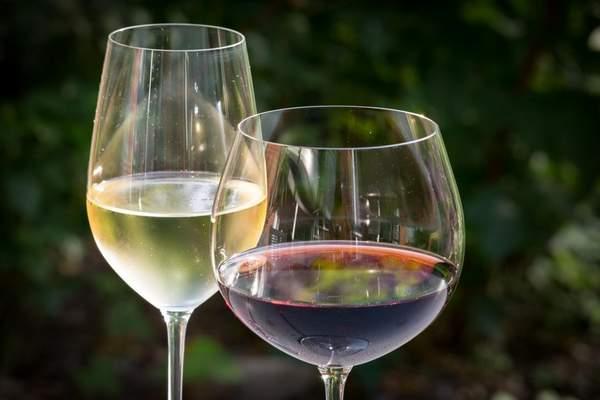 Verres traditionnels pour le vin blanc et le vin rouge