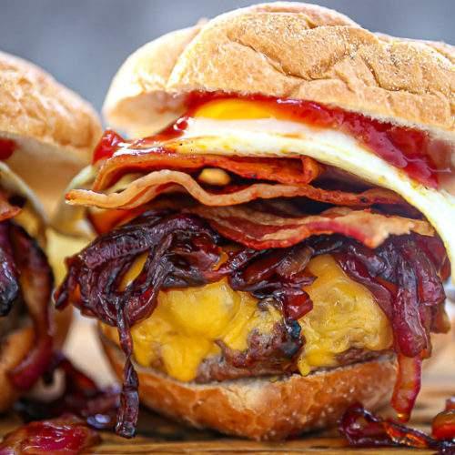 Illustration de l'accord entre un cheeseburger et un Chianti