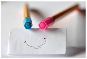 Stylos feutres et un sourire