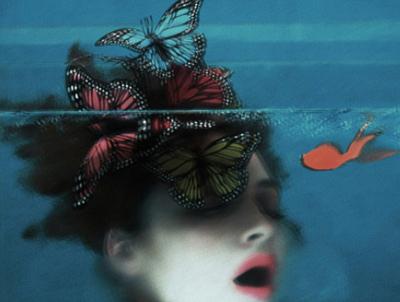 photographie de Sarah Moon illustrant la complementarité rouge-cyan