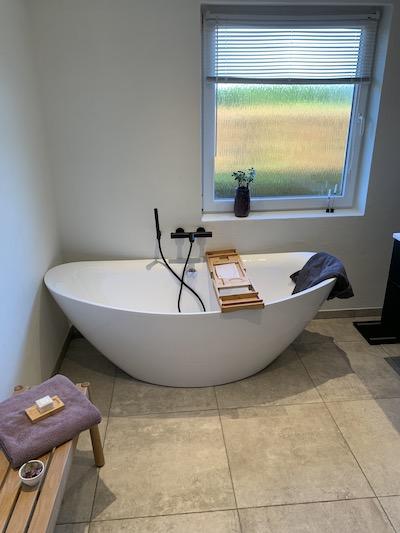 Lækket badeværelse med badekar