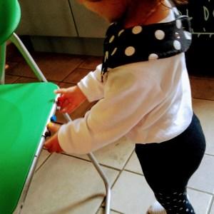 Luiza descobriu que os ímãs colam na cadeira