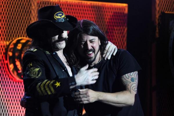 Dave Grohl se hace un tatuaje en honor de Lemmy