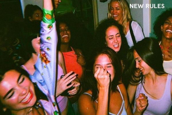 'New Rules' de Dua Lipa, certificada con 5 platinos en los Estados Unidos, 5 millones de copias