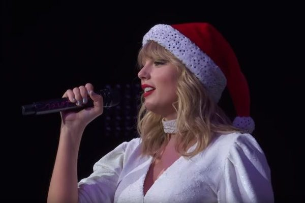 Taylor Swift hace el debut de 'Christmas Tree Farm' en directo en Londres