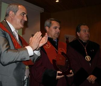 FOTOGRAFÍA (de i. a d.):  Carlos Martín, presidente de FECOES, Javier Pascual, editor y director de La Prensa del Rioja, y Javier Gracia, Gran Maestre de la Cofradía del Vino de Rioja.