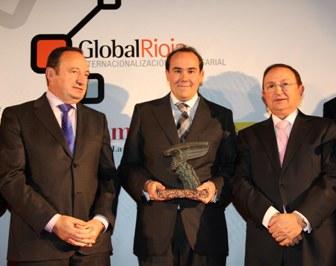 El director general de Bodegas Riojanas, Santiago Frías, entre el presidente de La Rioja, Pedro Sanz, y el presidente de la Cámara de Comercio, José María Ruiz Alejos