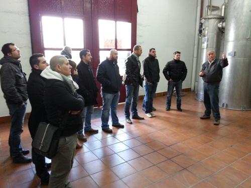 recibiendo indicaciones de Juan Antonio Carrasco, maestro destilador