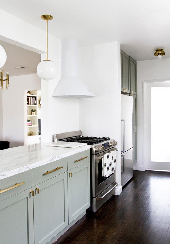 Una cocina de Ikea en verde claro y blanco abierta al