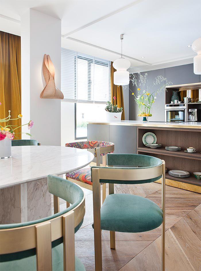Una cocina abierta al comedor llena de estilo  A stylish